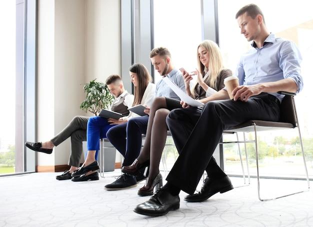 Mensen uit het bedrijfsleven wachten op sollicitatiegesprek