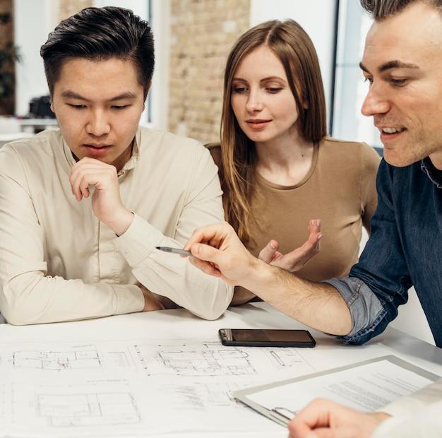 Mensen uit het bedrijfsleven werken aan een nieuw project in een vergaderruimte