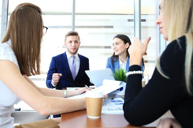 Mensen uit het bedrijfsleven werken aan nieuw project op modern kantoor