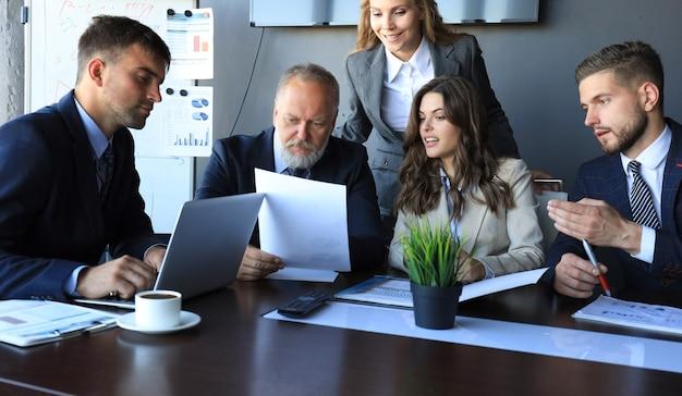 Mensen uit het bedrijfsleven werken aan nieuw project op modern kantoor.