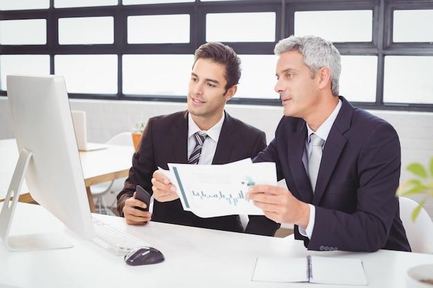Mensen uit het bedrijfsleven werken bij computerbureau