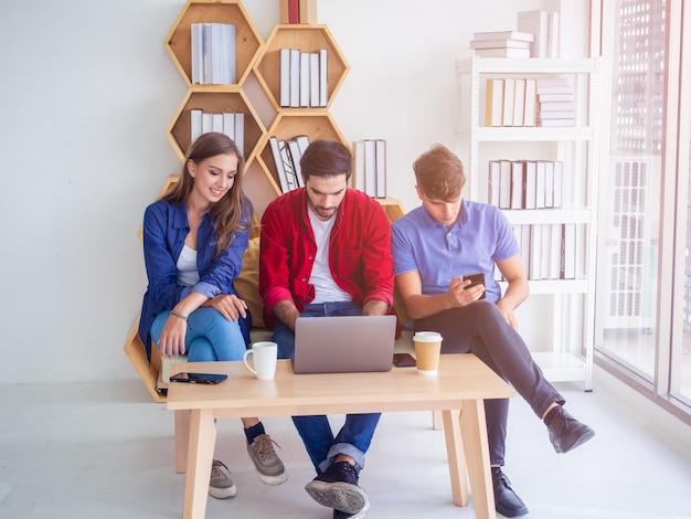 Mensen uit het bedrijfsleven werken comfortabel en ontmoeten elkaar om de situatie in het bedrijfsleven te bespreken