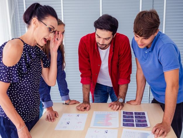 Mensen uit het bedrijfsleven werken comfortabel en ontmoeten elkaar om de situatie te bespreken