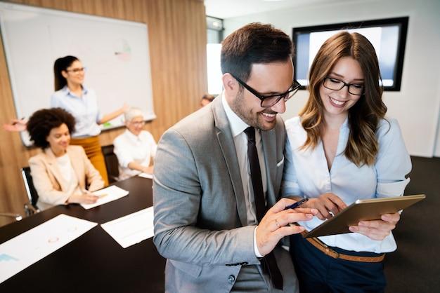 Mensen uit het bedrijfsleven werken conferentie en vergadering in moderne kantoren