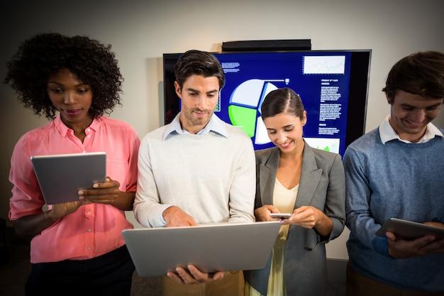 Mensen uit het bedrijfsleven werken in de vergaderruimte