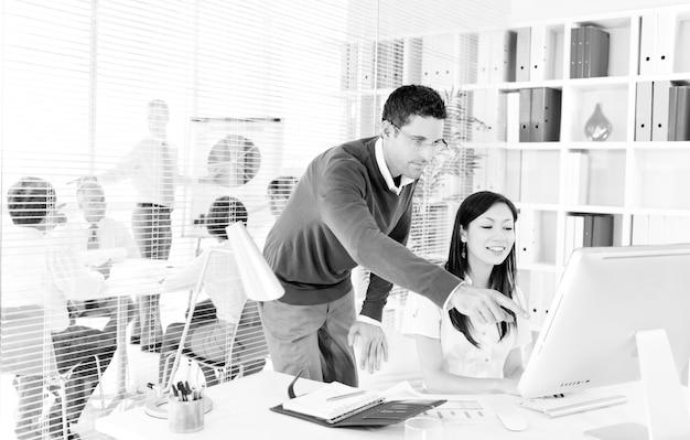 Mensen uit het bedrijfsleven werken in een groen kantoor