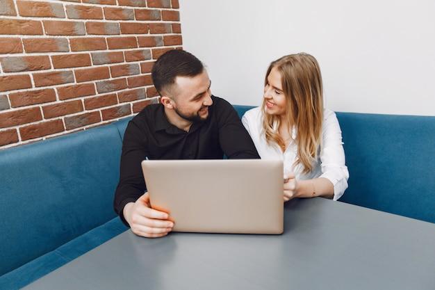 Mensen uit het bedrijfsleven werken in een kantoor