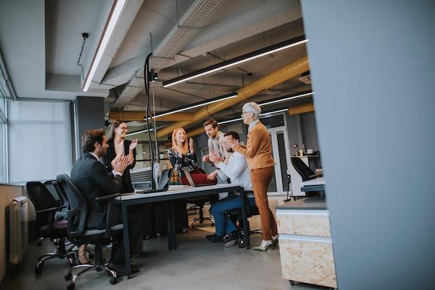 Mensen uit het bedrijfsleven werken in het moderne kantoor