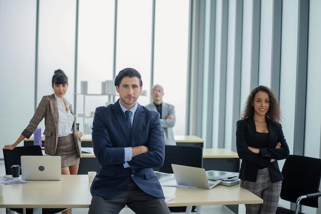 Mensen uit het bedrijfsleven werken in vergaderruimte