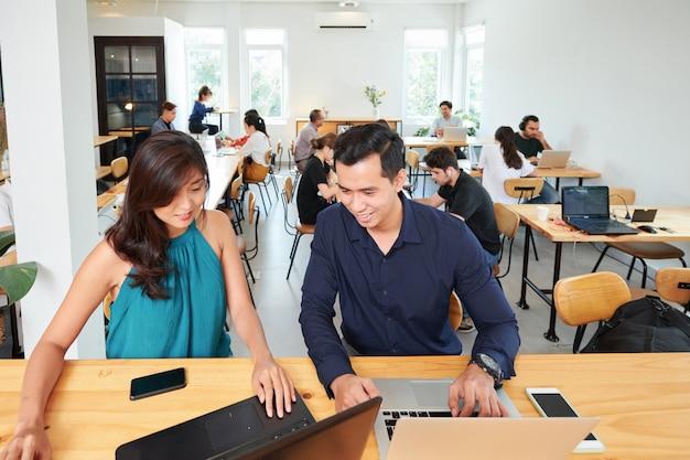 Mensen uit het bedrijfsleven werken met computers