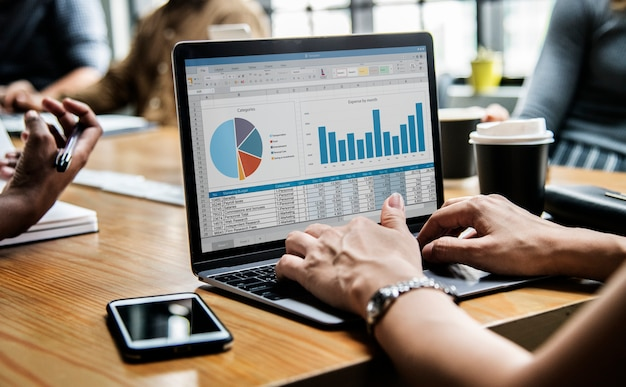 Mensen uit het bedrijfsleven werken op een laptop in een vergadering