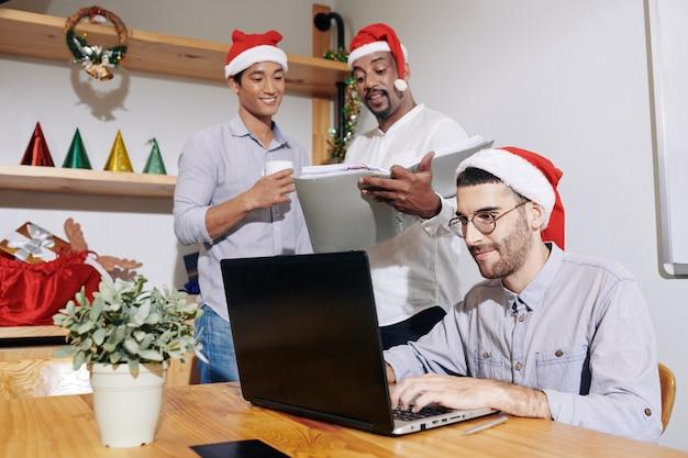Mensen uit het bedrijfsleven werken op eerste kerstdag