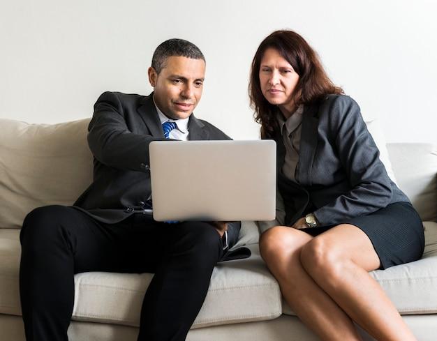 Mensen uit het bedrijfsleven werken op gadgets