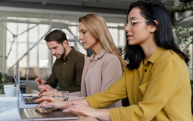 Mensen uit het bedrijfsleven werken samen aan een project