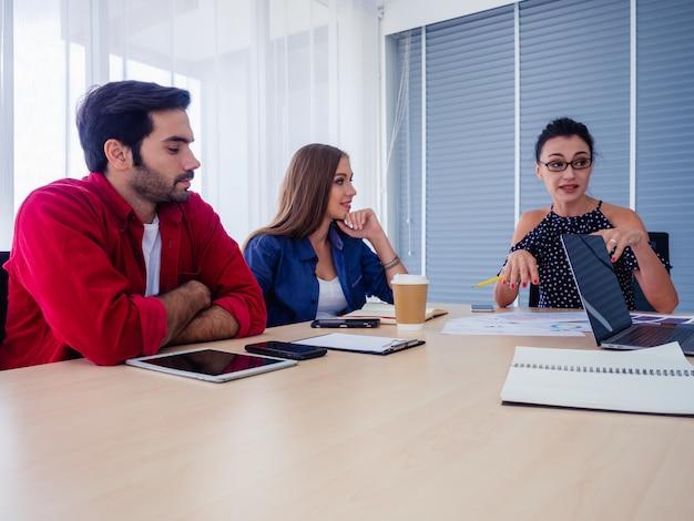 Mensen uit het bedrijfsleven werken samen en komen samen om de situatie te bespreken