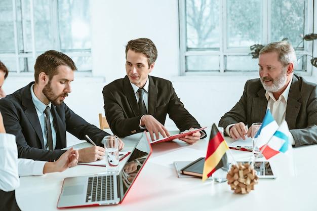 Mensen uit het bedrijfsleven werken samen
