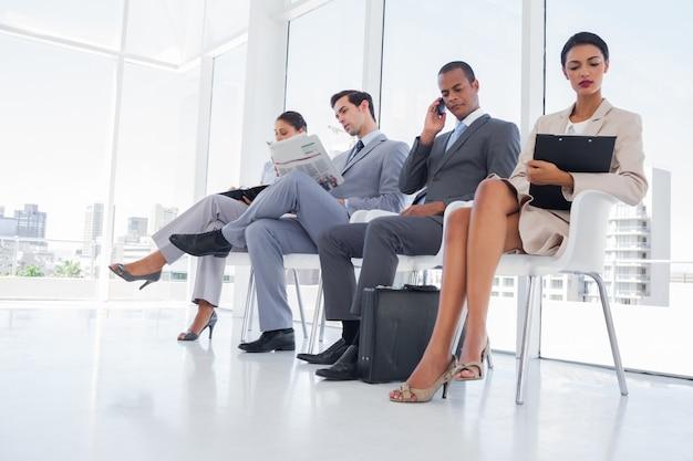 Mensen uit het bedrijfsleven werken tijdens het wachten