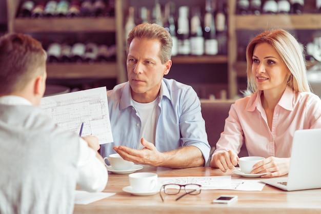 Mensen uit het bedrijfsleven werken tijdens zakelijke lunch.