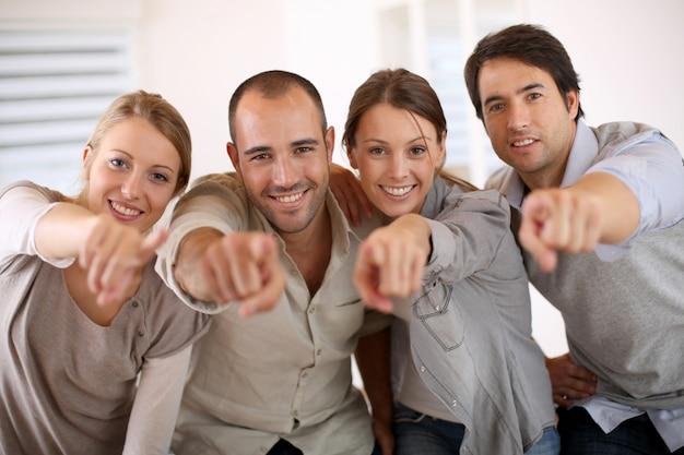 Mensen uit het bedrijfsleven wijzend op de camera