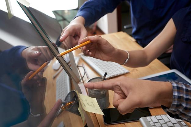 Mensen uit het bedrijfsleven wijzend op het scherm