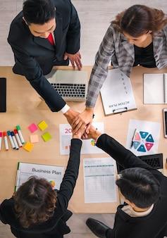 Mensen uit het bedrijfsleven zetten hun handen in elkaar. team werk concept