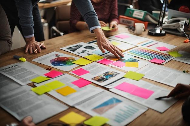Mensen uit het bedrijfsleven zijn aan het brainstormen