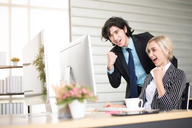 Mensen uit het bedrijfsleven zijn blij met zakelijk succes op kantoor