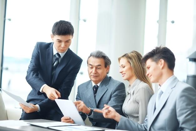Mensen uit het bedrijfsleven zitten op een zakelijke bijeenkomst