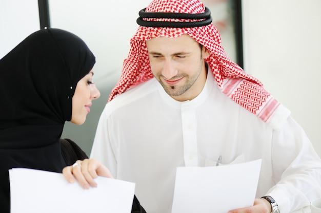 Mensen uit het midden-oosten die in modern bureau samenwerken