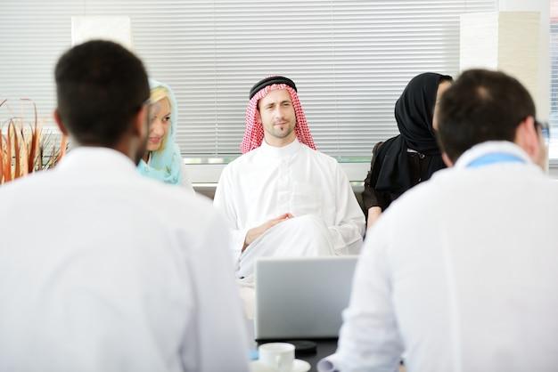 Mensen uit het midden-oosten in modern kantoor