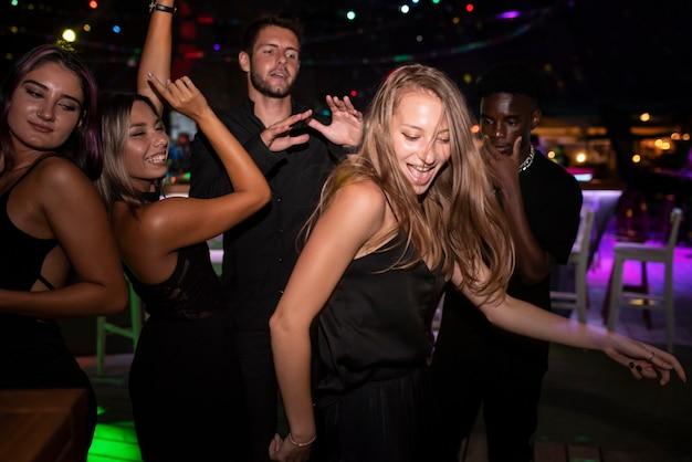 Mensen uit het nachtleven die plezier hebben in bars en clubs