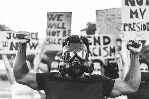 Mensen uit verschillende culturen en rassen protesteren op straat voor gelijke rechten