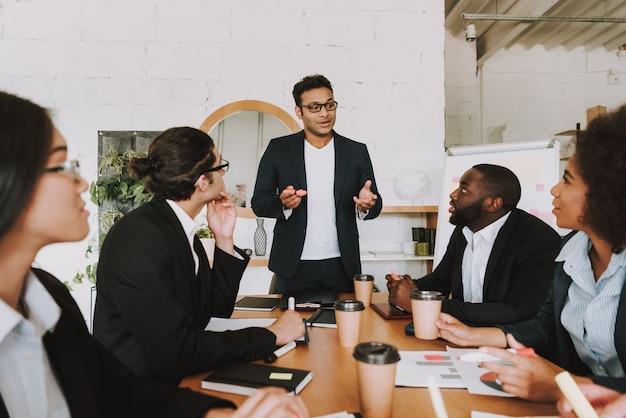 Mensen uit verschillende rassen ontmoeten elkaar op kantoor