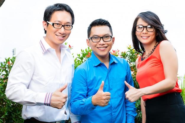 Mensen van aziatische creatieve of reclamebureau