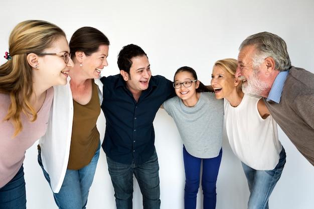 Mensen van verschillende leeftijden en nationaliteiten die plezier hebben samen