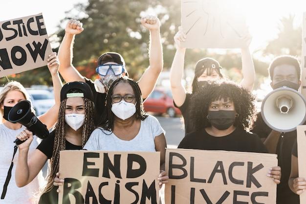 Mensen van verschillende leeftijden en rassen protesteren op straat voor gelijke rechten