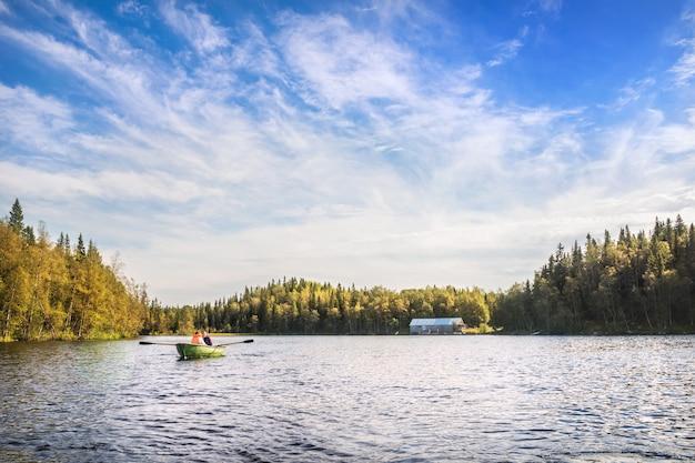 Mensen varen met een boot op een meer op de solovetsky-eilanden vlakbij het bootstation