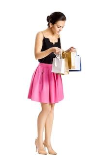 Mensen, verkoop, zwarte vrijdag concept - vrouw met boodschappentassen geïsoleerd op wit