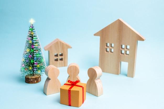 Mensen verzamelden zich rond het geschenk en zijn klaar om het te openen. verkoop van geschenken. sell-out. verrassing