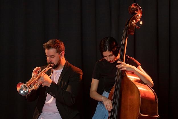 Mensen vieren jazzdaggebeurtenis