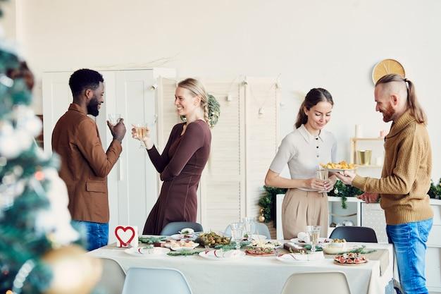 Mensen vieren kerstmis in de eetkamer