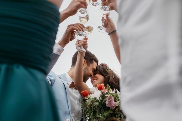 Mensen vieren met hun vrienden trouwen op het strand
