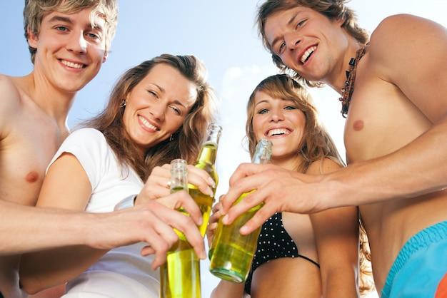 Mensen vieren strandfeest