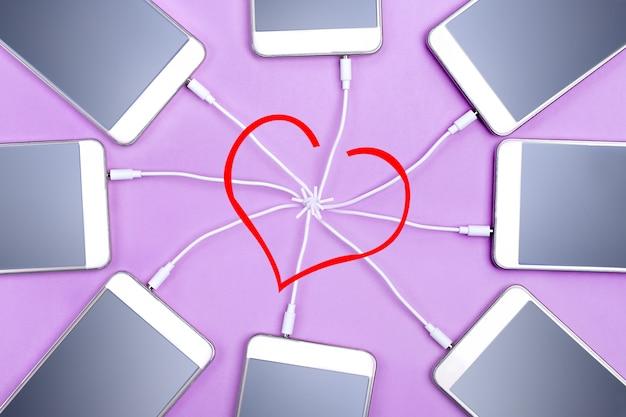 Mensen vinden love heart online technologie met mock-up. felicitatie met valentijnsdag