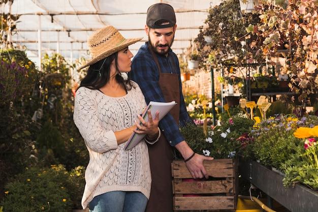 Mensen voeren tellingen van planten uit