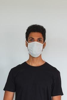 Mensen volwassen zwart dragend coronavirusmasker dat op wit wordt geïsoleerd