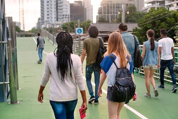 Mensen vriendschap samenhorigheid achteraanzicht wandelen skateboard jeugd cultuur concept