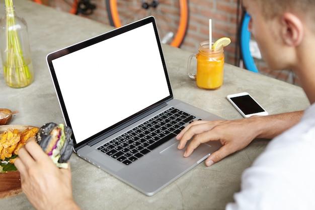 Mensen, vrije tijd en technologie. blondestudent die wifi op laptop computer gebruiken