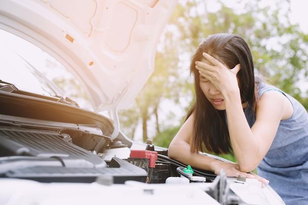 Mensen vrouw staan gestrest zo verdrietig problemen hebben met haar stress kapotte auto
