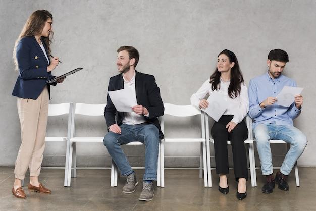 Mensen wachten op hun sollicitatiegesprekken
